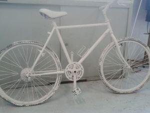 La bici bianca deposta sul luogo dell'incidente